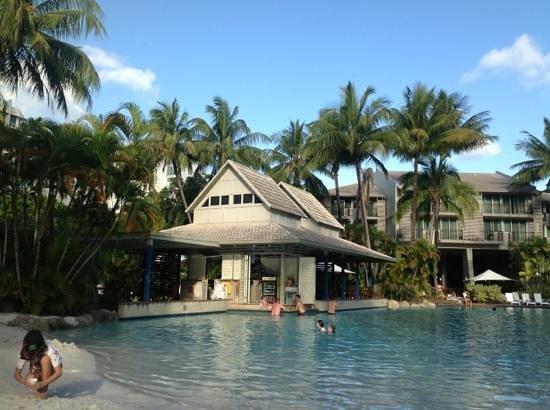 Novotel Cairns Oasis Resort: pool with swim up bar