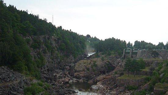 Trollhätte Kanal: Вода только начинает идти, слева открылись водосбросы