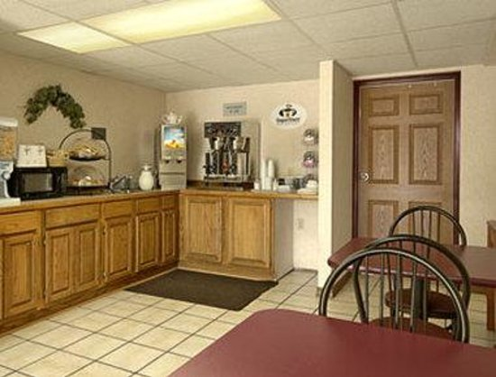 Super 8 Clinton: Breakfast Area