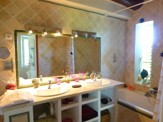 Réal Plantain : spacieuse salle de bain de la chambre Carmina