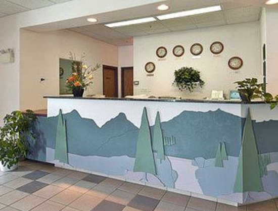 Super 8 Hinton: Lobby