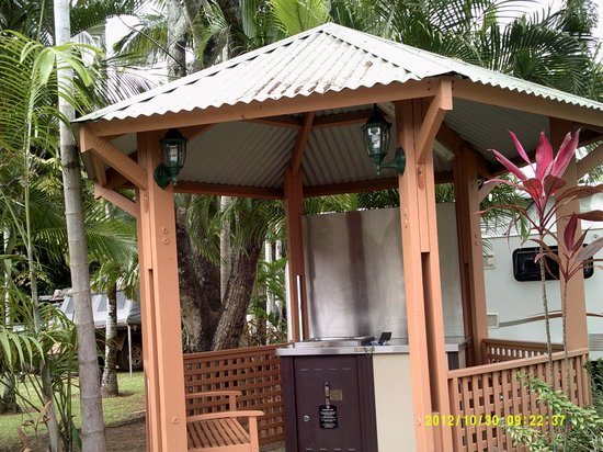 Ingenia Holidays Cairns Coconut: Small Bar- B- Q areas