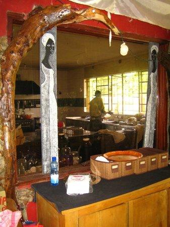Olumara Camp: Vue sur la cuisine du restaurant