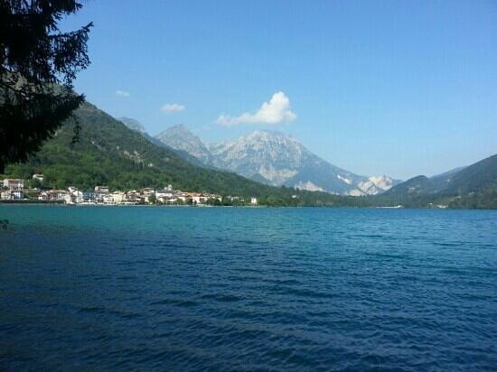 Barcis, Italie : l'aqua e'molto limpida che non ho resistito per una nuotata panoramica.