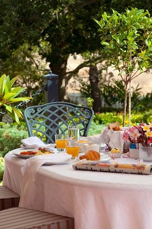 Vredenburg Manor House: Breakfast on the veranda