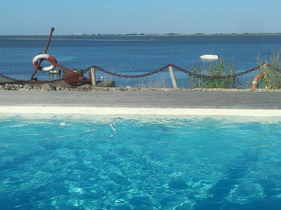 Hotel La Maison sur l'Eau: Du bord de la piscine