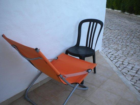Porto Mos Residence: SEDIA SDRAIO CON MACCHIE DI MUFFA E ALTRA SEDIA MISEREVOLE