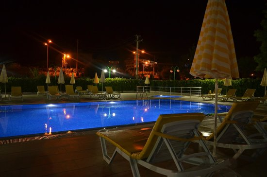 Konakli Nergis Butik Hotel: Pool at night