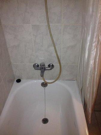 Residencial Triunfo: Zeer eenvoudige douche