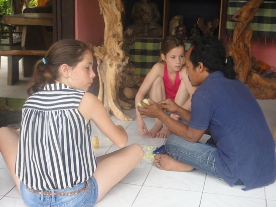 Yeh Pulu Cafe : Our daughters doing a workshop soapcarving with Ketut