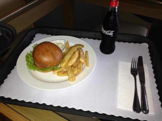 The Sebel Quay West Brisbane: Room service hamburger