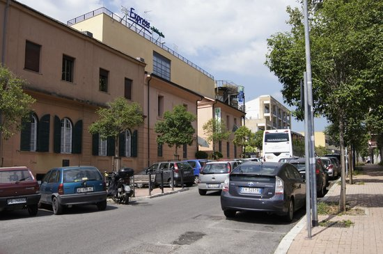 Holiday Inn Express Rome - San Giovanni: Вид отеля с улицы