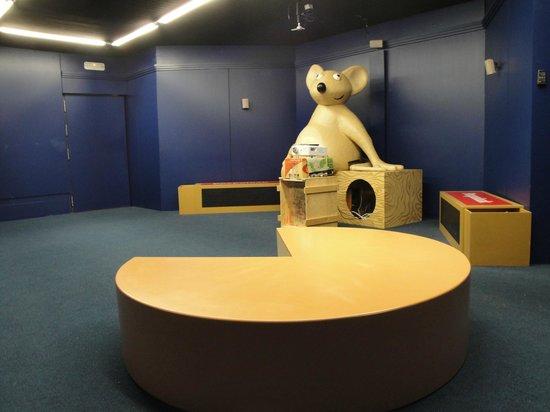 """Centro de Interpretacion y Degustacion del Queso Idiazabal: Sala de audiovisuales con nuestra mascota """"Izal"""""""