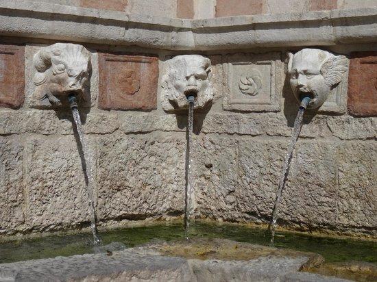 Fontana delle 99 cannelle: particolare della fontana
