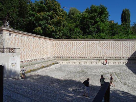 Fontana delle 99 cannelle: Vista panoramica
