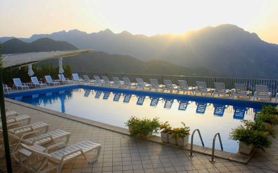 Graal Hotel Ravello: Swimming pool at sunset