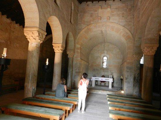 Church of San Juan Bautista, Banos de Cerrato: Interior donde se aprecian las tres naves y el altar