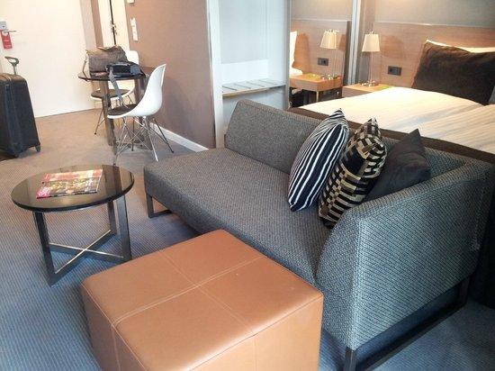 Sofá para ver la tv, al fondo mesa comedor. - Picture of Adina ...