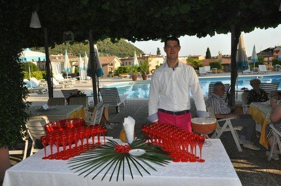 Hotel Garden: Luigi Zermini about to serve cocktails