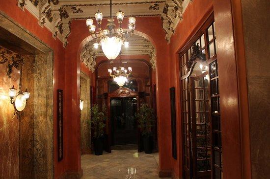 Nouvel Hotel: Entrance