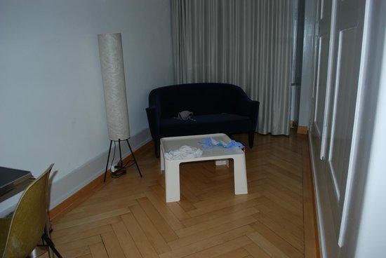 Schwert Thun: sitting area in adjoining room
