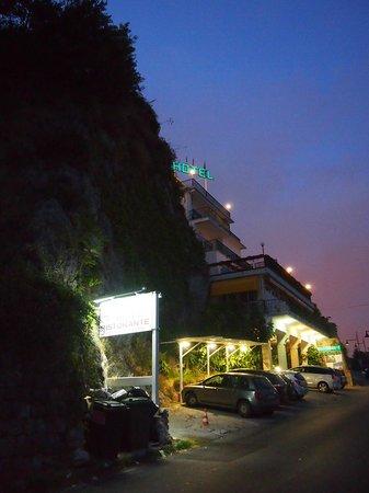 Hotel Bristol : Отель Бристоль прекрасно вписан в скалу