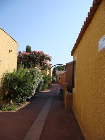Résidence L'Oustal des Mers : allée de la résidence