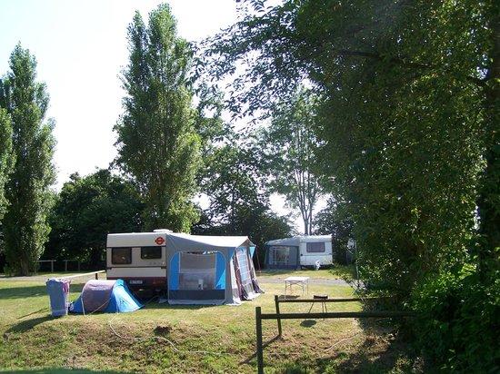 Camping de Matignon le Vallon aux Merlettes : emplacment spacieux