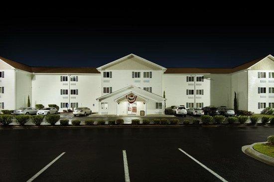 Days Inn Darien: Days Inn by Wyndham - 100% Non Smoking Hotel
