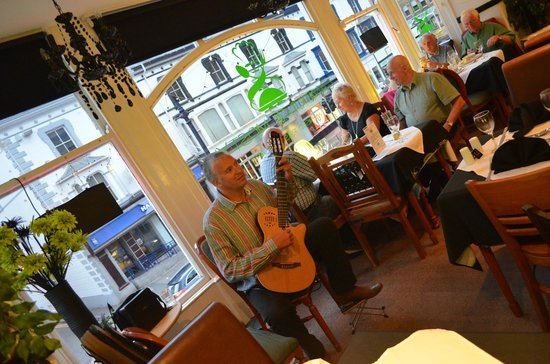 The Cambridge Mostyn Restaurant: Classical guitarist plays Thursdays and SUndays from 7.30pm - booking advised!
