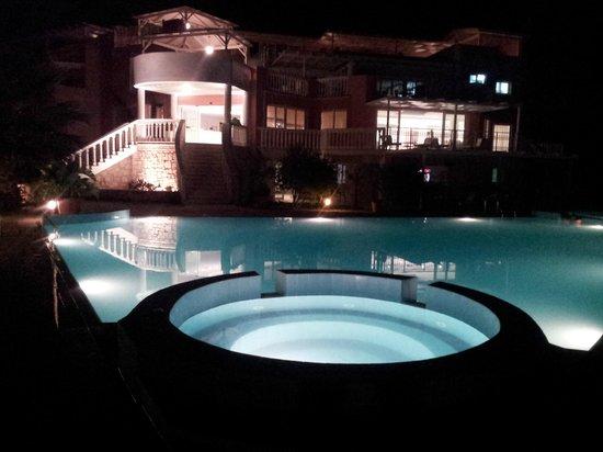 Hotel Gerakas Belvedere Luxury Suites: Swimming pool at night