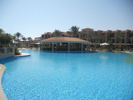 Jaz Almaza Beach Resort: piscina e bar