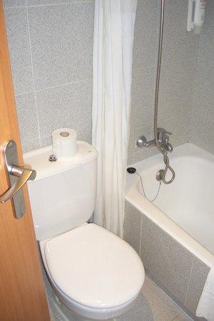 Tryp Palma Bosque Hotel: Vasca e wc...