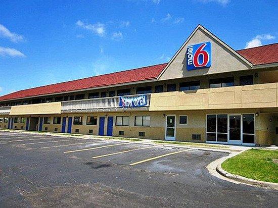 Motel 6 Overland: MExterior