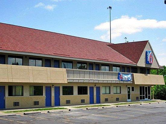 Motel 6 Overland: MExterior2