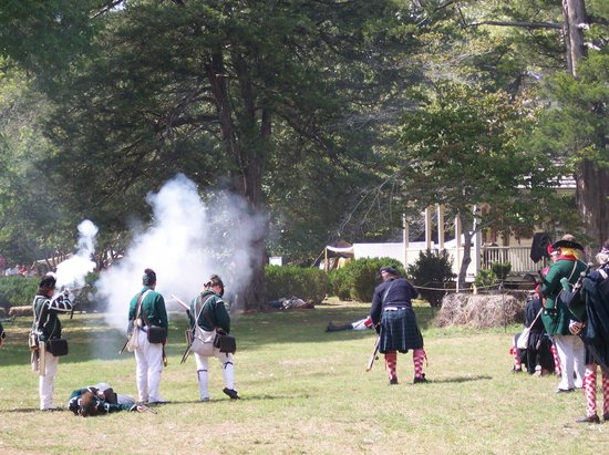 Walnut Grove Plantation : Reenactment of skirmish