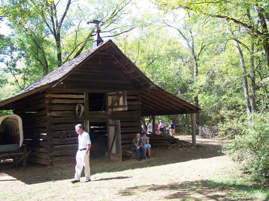 Walnut Grove Plantation : Old outbuilding
