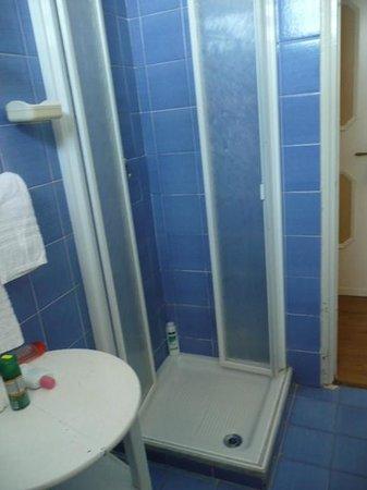 Torre dei Borboni Hotel: doccia minuscola