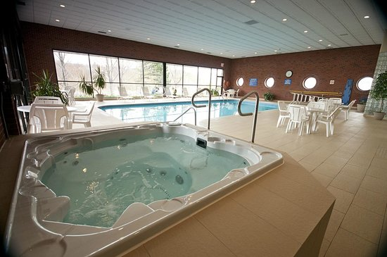 Visitors Inn: Hot Tub, located in the indoor pool area