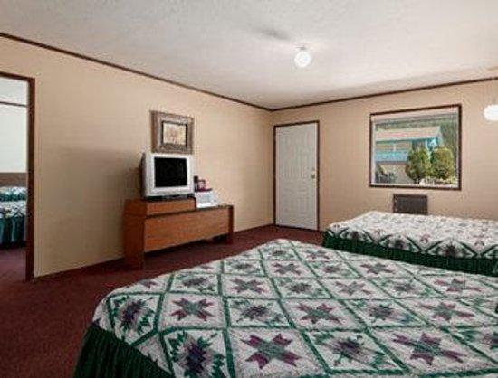 Christina Lake Village: 2 Adjacent Queen Bed Room