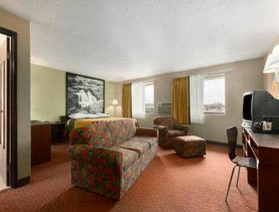 Super 8 Sioux Falls: One King Suite