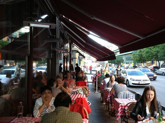 restaurang piazza fiore: Dining outside the restaurant