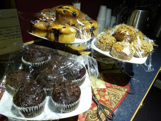 Greybull Motel: Buffet colazione con muffin fatti in casa, frutta, caffè, uova e yogurt