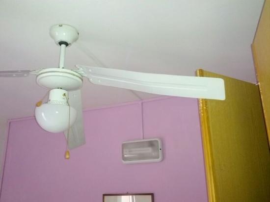 Hotel Pupa : ventilatore che si impiglia nell'armadio