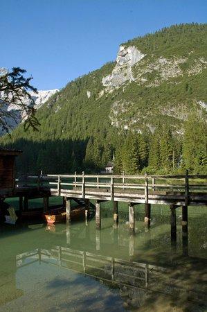 Hotel Pragser Wildsee: Steg zum Bootsverleih