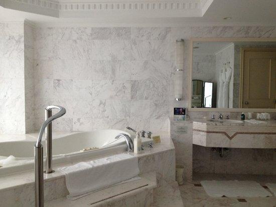 Hotel The Manhattan: ジャグジー付きバスルーム