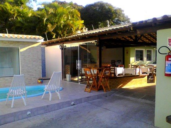 Pousada Sonho de Geriba: Área da piscina e café da manhã
