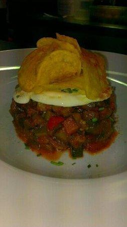 La Barra : pisto de verduras con huevo frito de corral y chips, increible