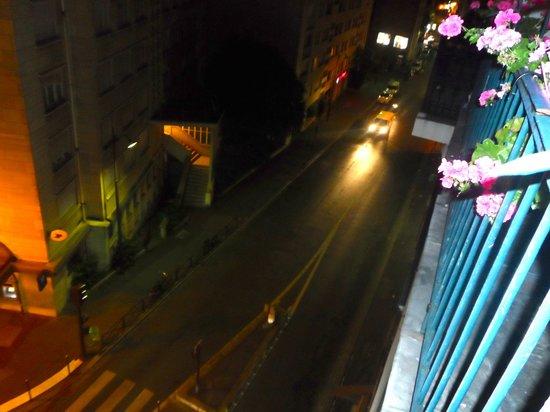 Alyss Saphir Cambronne Eiffel: panorama dalla camera di sera