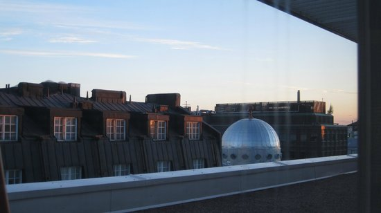Radisson Blu Royal Hotel, Helsinki: Beautiful large windows in room, view from 7th floor